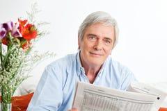 πρεσβύτερος ανάγνωσης εφημερίδων ατόμων Στοκ φωτογραφία με δικαίωμα ελεύθερης χρήσης
