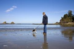 πρεσβύτερος ατόμων σκυλ& Στοκ φωτογραφία με δικαίωμα ελεύθερης χρήσης