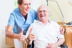 Πρεσβύτερος και νοσοκόμα μεγάλης ηλικίας που συστήνει τη ιδιωτική κλινική Στοκ φωτογραφία με δικαίωμα ελεύθερης χρήσης