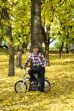 Πρεσβύτερος και το ποδήλατό του στο πάρκο φθινοπώρου Στοκ φωτογραφία με δικαίωμα ελεύθερης χρήσης