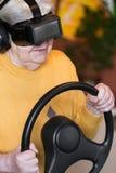 Πρεσβύτερος με τα γυαλιά vr και το τιμόνι Στοκ Εικόνες
