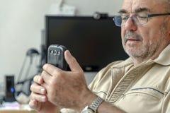 Πρεσβύτερος με το PC και Smartphone στοκ εικόνες με δικαίωμα ελεύθερης χρήσης