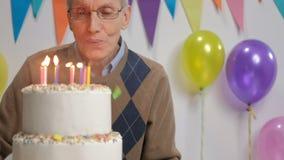 Πρεσβύτερος που γιορτάζει τα γενέθλιά του απόθεμα βίντεο
