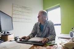 Πρεσβύτερος που εργάζεται από το σπίτι Στοκ Φωτογραφίες