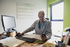 Πρεσβύτερος που εργάζεται από το σπίτι Στοκ εικόνες με δικαίωμα ελεύθερης χρήσης