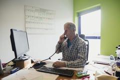 Πρεσβύτερος που εργάζεται από το σπίτι Στοκ φωτογραφία με δικαίωμα ελεύθερης χρήσης