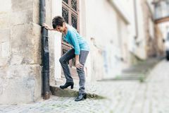 Πρεσβύτερος που πάσχει από τον πόνο γονάτων Στοκ Φωτογραφίες