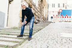Πρεσβύτερος που πάσχει από τον πόνο γονάτων Στοκ φωτογραφίες με δικαίωμα ελεύθερης χρήσης