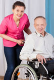 Πρεσβύτερος στην αναπηρική καρέκλα και νοσοκόμα Στοκ φωτογραφία με δικαίωμα ελεύθερης χρήσης