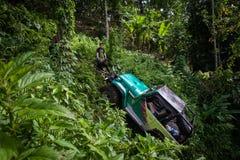 πρεσών Ινδονησία - 7 Μαρτίου 2013 SUV στην τροπική ζούγκλα Στοκ φωτογραφία με δικαίωμα ελεύθερης χρήσης