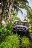 πρεσών Ινδονησία - 7 Μαρτίου 2013 SUV στην τροπική ζούγκλα Στοκ Φωτογραφία