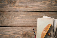 Πρεσ'παπιέ και παλαιά βιβλία σε έναν ξύλινο πίνακα Στοκ Εικόνα