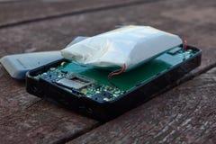 Πρησμένη μπαταρία τηλεφωνικού λίθιου Ένας λόγος για μια έκρηξη ενός smartphone στοκ εικόνα με δικαίωμα ελεύθερης χρήσης