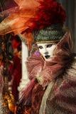 Πριγκήπισσα με την κορώνα, τη blondy τρίχα και την ενετική μάσκα κατά τη διάρκεια της Βενετίας καρναβάλι Στοκ Εικόνες