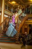 Πριγκήπισσες που πηγαίνουν κάτω από το κλιμακοστάσιο Στοκ εικόνα με δικαίωμα ελεύθερης χρήσης