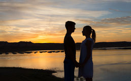 Πριν από ένα φιλί ηλιοβασιλέματος Στοκ φωτογραφία με δικαίωμα ελεύθερης χρήσης