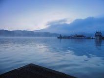 Πριν από την ανατολή στη λίμνη Sunmoon, Ταϊβάν στοκ εικόνες