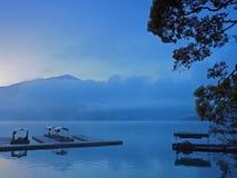 Πριν από την ανατολή στη λίμνη Sunmoon, Ταϊβάν στοκ εικόνα