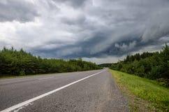 Πριν από τη θερινή καταιγίδα κατά μήκος του δασικού δρόμου στοκ φωτογραφία με δικαίωμα ελεύθερης χρήσης