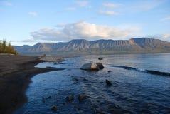 Ρόδινος λάμα λιμνών βουνών πριν από το ηλιοβασίλεμα. στοκ φωτογραφία με δικαίωμα ελεύθερης χρήσης