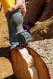 Πριονίζοντας από το ηλεκτρικό jig πριόνι, ηλεκτρικό jig πριόνι για να κόψει το δέντρο Στοκ Φωτογραφίες