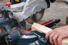 Πριονίζοντας σανίδα ξυλουργών Στοκ Φωτογραφίες