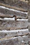 Πριονισμένα καμπίνα κούτσουρα κούτσουρων στην κινηματογράφηση σε πρώτο πλάνο γωνιών με το χιόνι μέσα - μεταξύ στοκ φωτογραφίες με δικαίωμα ελεύθερης χρήσης