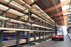 Πριονιστήριο βιομηχανικών εγκαταστάσεων - αποθήκευση των ξύλινων πινάκων στοκ εικόνα
