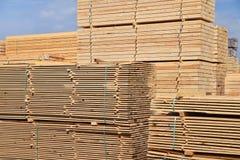 Πριονιστήριο βιομηχανικών εγκαταστάσεων - αποθήκευση των ξύλινων πινάκων στοκ φωτογραφίες με δικαίωμα ελεύθερης χρήσης