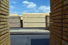 Πριονιστήριο βιομηχανικών εγκαταστάσεων - αποθήκευση των ξύλινων πινάκων στοκ εικόνες με δικαίωμα ελεύθερης χρήσης
