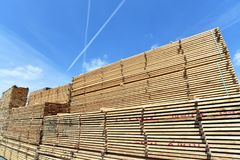 Πριονιστήριο βιομηχανικών εγκαταστάσεων - αποθήκευση των ξύλινων πινάκων στοκ εικόνες