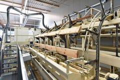 Πριονιστήριο βιομηχανικών εγκαταστάσεων - παραγωγή των ξύλινων πινάκων με τον τρόπο στοκ φωτογραφίες