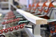 Πριονιστήριο βιομηχανικών εγκαταστάσεων - παραγωγή των ξύλινων πινάκων με τον τρόπο στοκ φωτογραφία με δικαίωμα ελεύθερης χρήσης