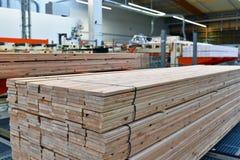Πριονιστήριο βιομηχανικών εγκαταστάσεων - παραγωγή των ξύλινων πινάκων με τον τρόπο στοκ εικόνα με δικαίωμα ελεύθερης χρήσης