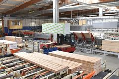 Πριονιστήριο βιομηχανικών εγκαταστάσεων - παραγωγή των ξύλινων πινάκων με τον τρόπο στοκ εικόνες