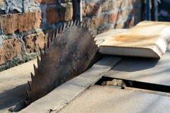 πριονιστήριο Παλαιά μηχανή για τους πίνακες Κυκλικά πριόνια Βιομηχανία ξυλουργικής στοκ εικόνες με δικαίωμα ελεύθερης χρήσης