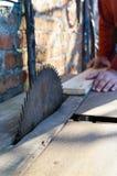 πριονιστήριο Παλαιά μηχανή για τους πίνακες Κυκλικά πριόνια Βιομηχανία ξυλουργικής στοκ φωτογραφία με δικαίωμα ελεύθερης χρήσης