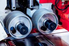 Πριονιστήριο τροχίσκων τροφοδοτών μετάλλων στοκ φωτογραφία με δικαίωμα ελεύθερης χρήσης