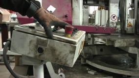 Πριόνι ζωνών για το μέταλλο Ο εργαζόμενος ρυθμίζει τη μηχανή και την αρχίζει απόθεμα βίντεο