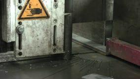 Πριόνι ζωνών για το μέταλλο Ο μηχανισμός στερέωσης στερεώνει το μέταλλο απόθεμα βίντεο