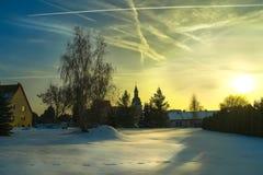 Προάστια της Λειψίας στη χειμερινή ημέρα των Χριστουγέννων, την παλαιά εκκλησία και τα ίχνη στο χιόνι στοκ εικόνα