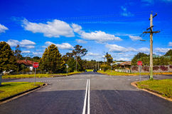 Προαστιακά σταυροδρόμια οδών στα μπλε βουνά Αυστραλία Στοκ εικόνες με δικαίωμα ελεύθερης χρήσης