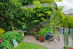 Προαστιακός κήπος με το υπόστεγο στοκ εικόνα