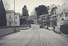Προαστιακός, κατοικημένος είναι κατά τη διάρκεια του χειμώνα Αυτοκίνητα, δρόμος και σπίτι με κάποιο χιόνι Χειμώνας και προαστιακό στοκ εικόνες