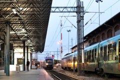 Προαστιακό τραίνο που πλησιάζει την πλατφόρμα Sta τραίνων της Larissa στοκ φωτογραφία
