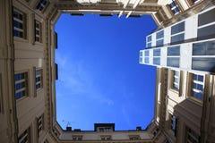 Προαύλιο-καλά φωτογραφισμένος από κάτω από, μπλε ουρανός στοκ φωτογραφία με δικαίωμα ελεύθερης χρήσης