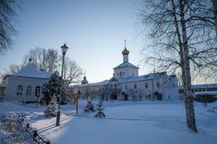Προαύλιο μονών Tolgskij το χειμώνα στοκ φωτογραφία