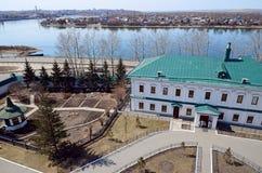 Προαύλιο του ποταμού Angara μοναστηριών Znamensky Τοπ άποψη από τον πύργο κουδουνιών της εκκλησίας Στοκ Φωτογραφίες
