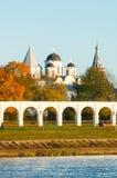 Προαύλιο Yaroslav και αρχαίος καθεδρικός ναός του Άγιου Βασίλη με τους πύργους, Veliky Novgorod, Ρωσία Στοκ Εικόνα