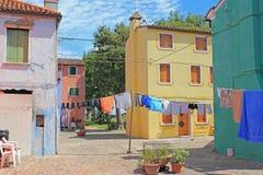 Προαύλιο και ζωηρόχρωμα σπίτια, Burano, Βενετία, Ιταλία Στοκ Εικόνα
